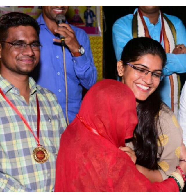 लक्ष्मी चौधरी का परिवार सदस्य गले मिलकर बधाई देते हुए