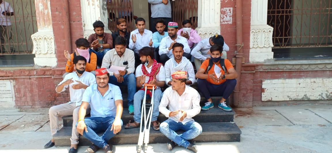 विश्वविद्यालय में परीक्षा नियंत्रक कार्यालय बाहर धरने पर बैठे छात्र। - Dainik Bhaskar
