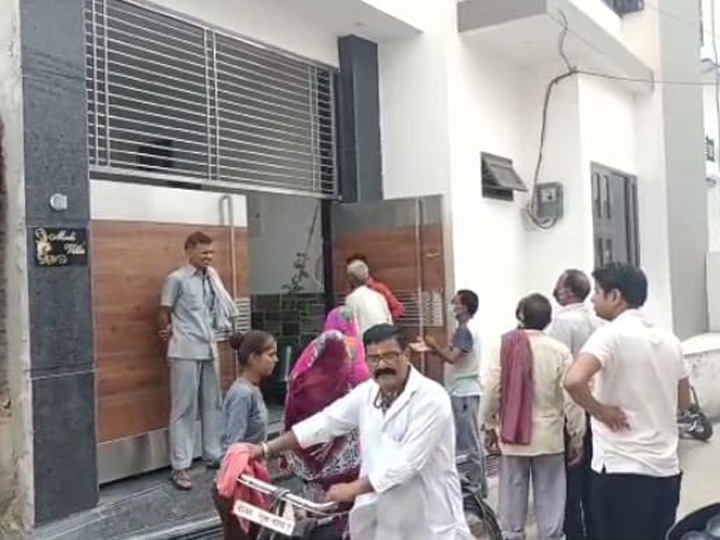 हनुमानगढ़ जिले के नोहर के वार्ड  23 में लूट की  वारदात के बाद मौके पर मौजूद लोग। - Dainik Bhaskar