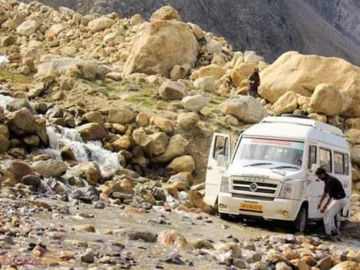कुल्लू में दोरनी नाला के पास सड़क पर आया मलबा और चट्टानें, दोनों तरफ पर्यटक और कई वाहन फंसे|हिमाचल,Himachal - Dainik Bhaskar