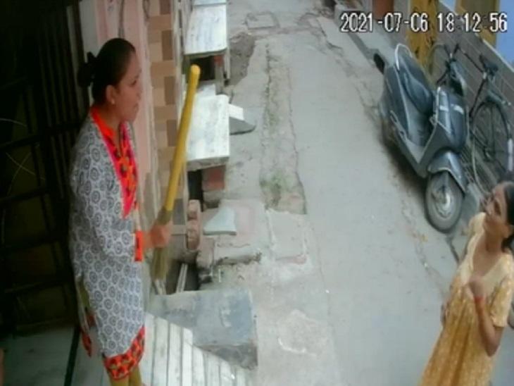 आगरा में बहू ने बुजुर्ग सास को चप्पल और झाड़ू से पीटा, ज्वैलर पति बोला- मां से गहने भी छीन ले गई पत्नी आगरा,Agra - Dainik Bhaskar