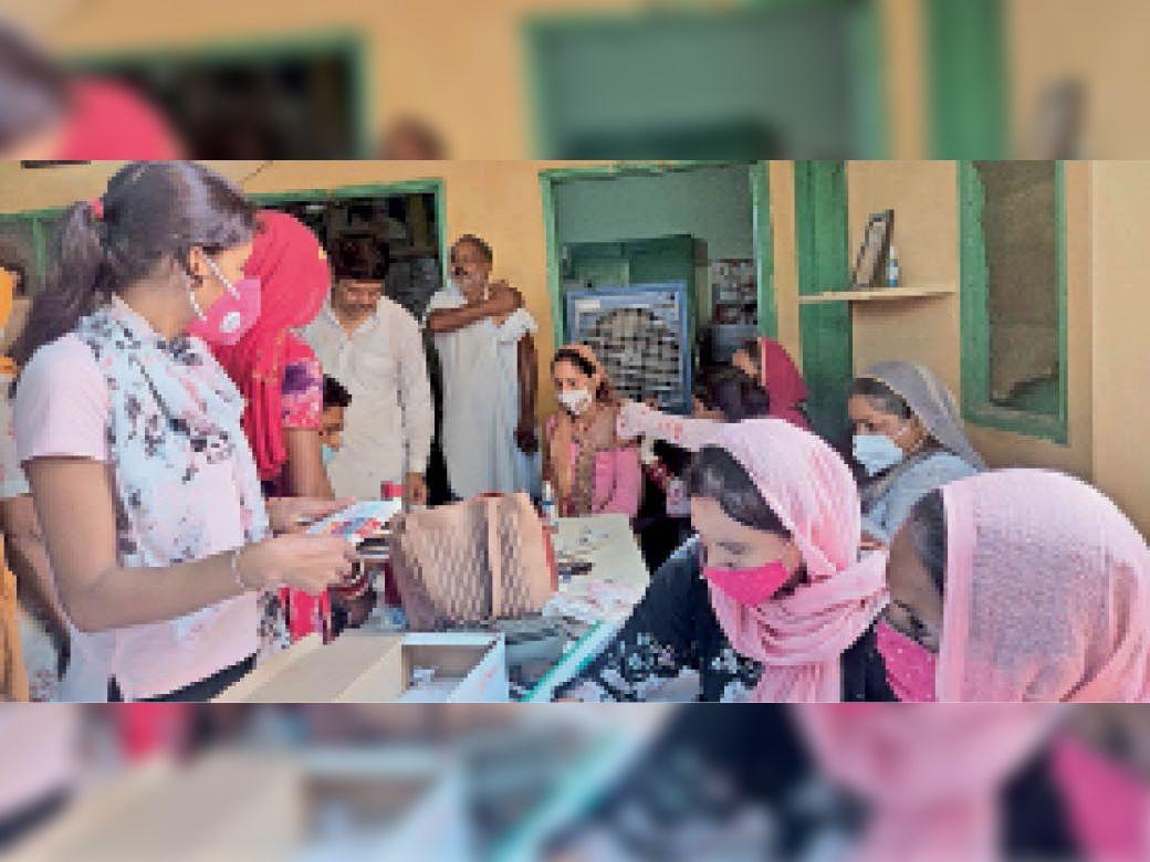 गांव किक्कर खेड़ा में कैंप के दौरान वैक्सीन लगाते स्वास्थ्य कर्मचारी। - Dainik Bhaskar