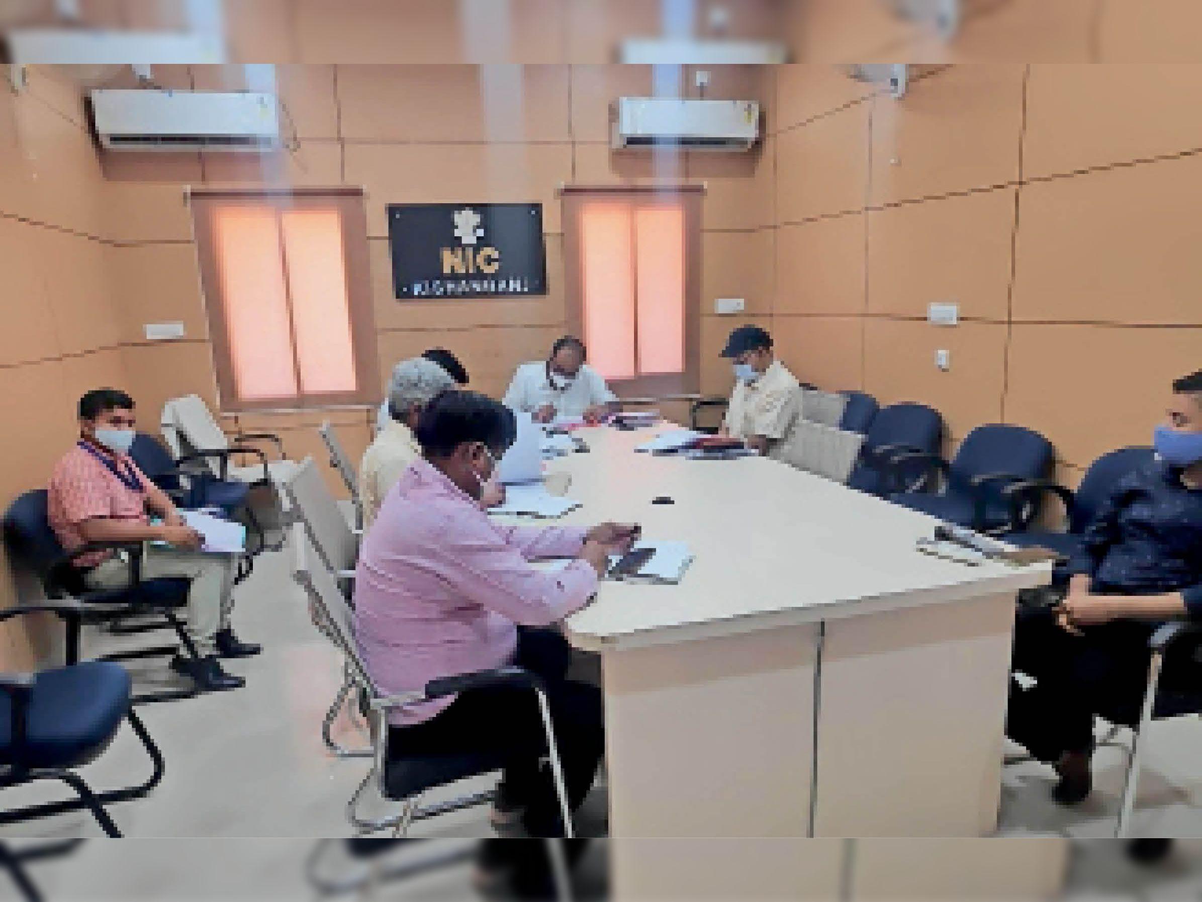 योजना एवं विकास विभाग के अपर सचिव की वर्चुअल बैठक में मौजूद डीएम व अन्य। - Dainik Bhaskar