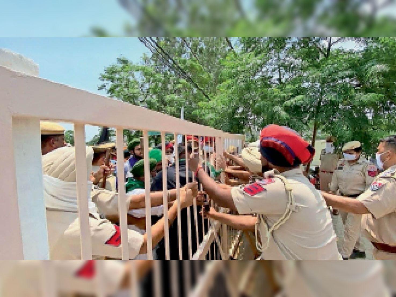 1:30 बजे...भाकियू राजेवाल, गांववासियों के साथ पुलिस की हल्की झड़प हुई। वे सेंटर के अंदर आना चाहते थे। पुलिस ने रोका तो कई नौजवान दीवारें फांदकर सेंटर के अंदर पहुंच गए।