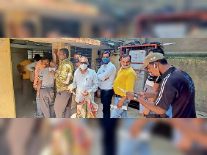 बारां. अधिक राशि के बिल आने पर बिजली कार्यालय में सही करवाने के लिए लाइन में लगे लोग। - Dainik Bhaskar
