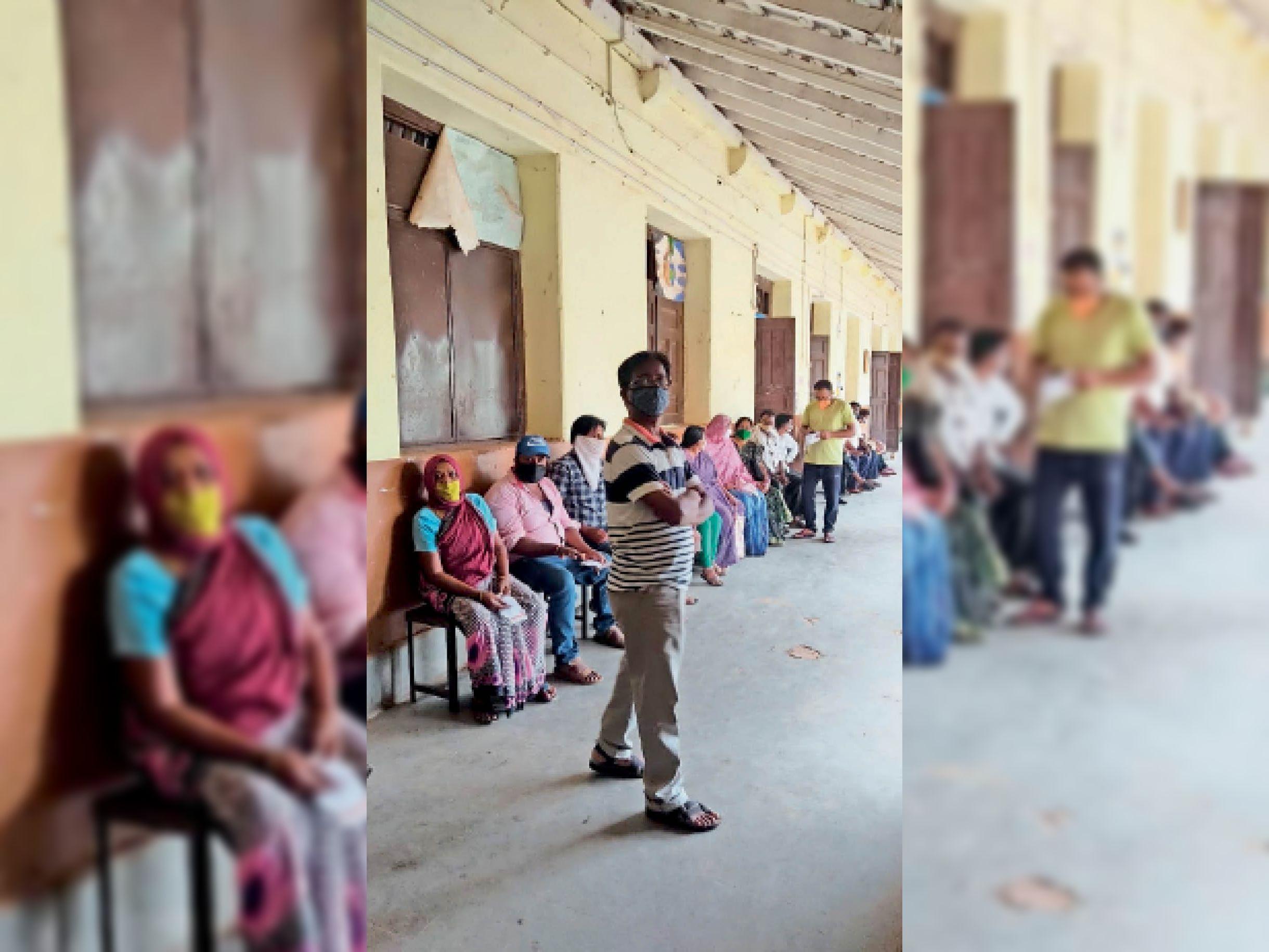 बस्तर हाईस्कूल में वैक्सीन लगवाने के लिए पहुंचे लोग। - Dainik Bhaskar