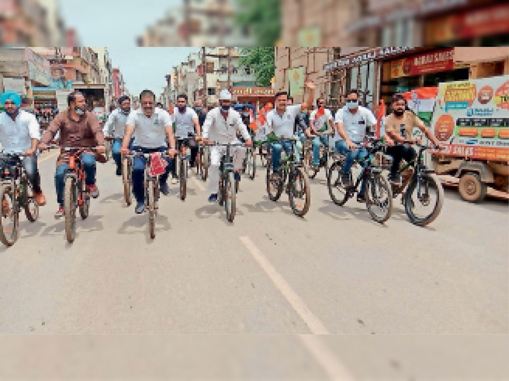 शहर में साइकिल यात्रा में शामिल होते कांग्रेस के नेता, केंद्र सरकार के खिलाफ लगाए नारे। - Dainik Bhaskar