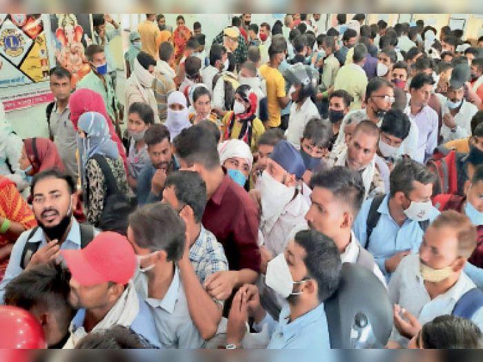 भरतपुर. कोविड हेल्थ सहायकों की आरबीएम अस्पताल में स्वास्थ्य परीक्षण सर्टिफिकेट बनवाने के लिए लगी भीड़। - Dainik Bhaskar