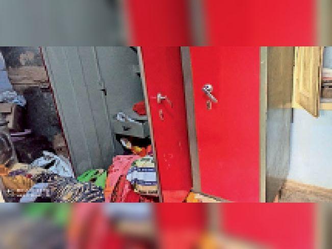भुसावर. कमरे मे बिखरा पड़ा सामान। - Dainik Bhaskar