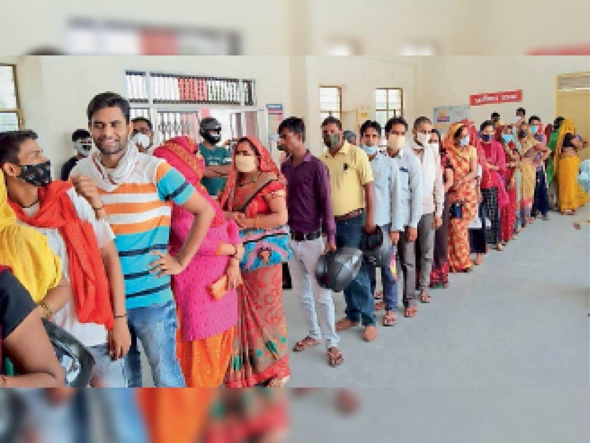 भरतपुर. आरबीएम अस्पताल के पास बीएससी नर्सिंग की नई बिल्डिंग में वैक्सीन लगवाने के लिए लगी लंबी कतार। - Dainik Bhaskar