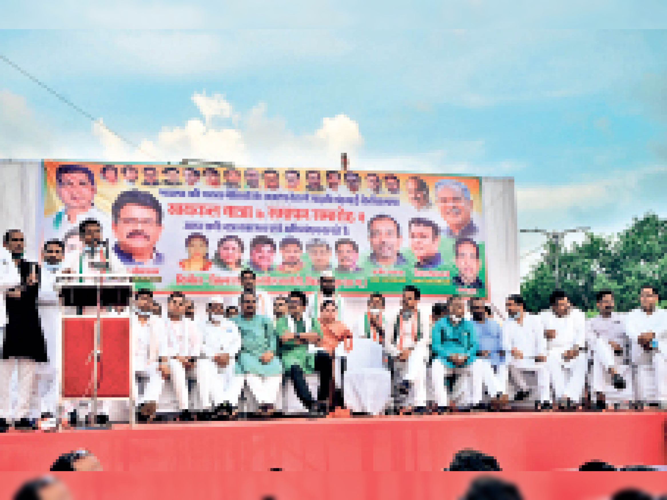 रिवर व्यू में कार्यक्रम को संबोधित करते प्रदेश कांग्रेस कमेटी के अध्यक्ष मोहन मरकाम व अन्य कांग्रेस नेता। - Dainik Bhaskar