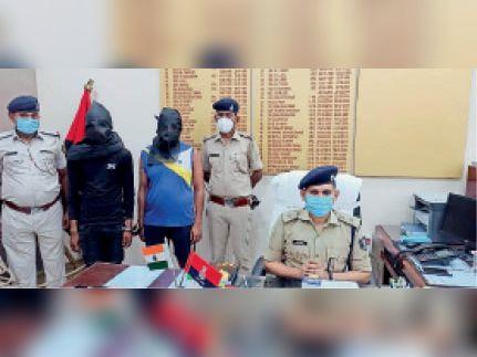 गिरफ्तार बदमाशों के बारे में जानकारी देते पुलिस अिधकारी। - Dainik Bhaskar