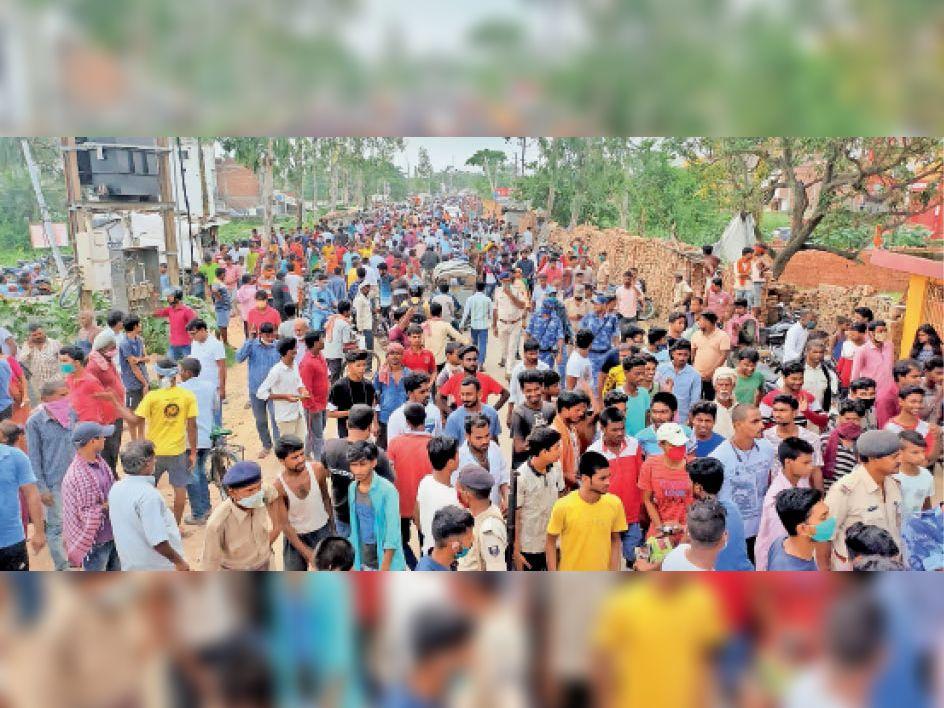 दरभंगा-समस्तीपुर स्टेट हाई-वे के सैदनगर स्थित जनकपुरी के पास बस दुर्घटना के बाद उमड़ी लोगों की भीड़। - Dainik Bhaskar