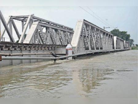 समस्तीपुर में रेलवे पुल को छू रहा बूढ़ी गंडक का पानी। - Dainik Bhaskar