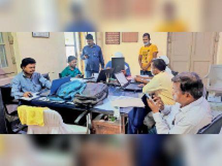 जिला शिक्षा कार्यालय में कम्प्यूटर पर जांच करते कर्मी व डीपीओ। - Dainik Bhaskar