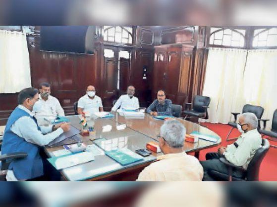 वित्त समिति की बैठक में शामिल कुलपति व अन्य पदाधिकारी। - Dainik Bhaskar