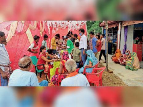 कमतौल कोठिया गांव में शिविर में मरीज की जांच करते डॉक्टर। - Dainik Bhaskar