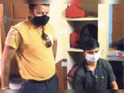 बांदीकुई पालिका में कार्रवाई करती एसीबी टीम व बैठा आरोपी। - Dainik Bhaskar