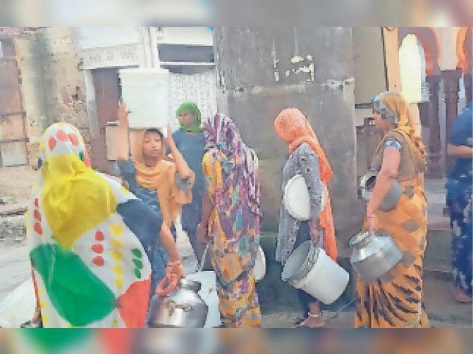 मंडावरी में पेयजल संकट को लेकर पानी की टंकी पर लगी महिलाओं की कतार। - Dainik Bhaskar
