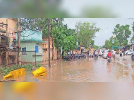 बरसात से शहर में अदालत परिसर के बाहर भरा पानी। - Dainik Bhaskar