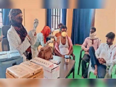दौसा ग्रामीण| ग्राम पंचायत काली पहाड़ी मुख्यालय पर शिविर में टीके लगवाते लोग। - Dainik Bhaskar