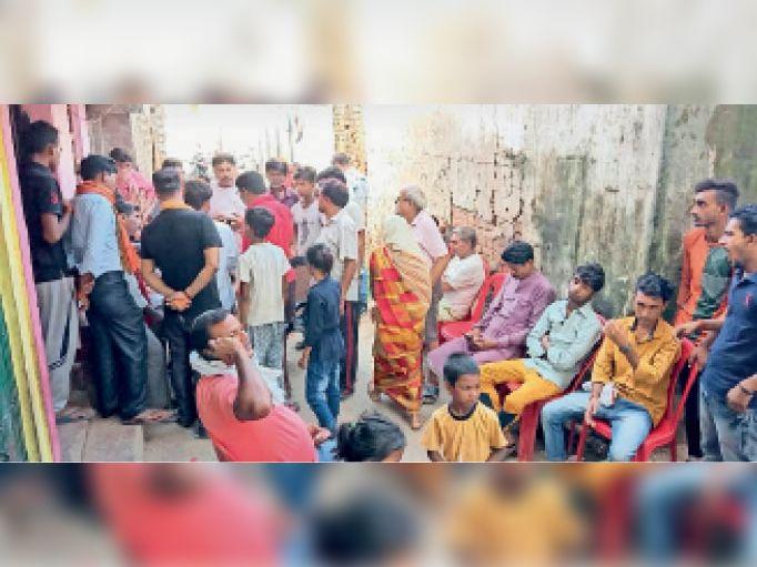 थावे में मृतक के घर पर लगी लोगो की भीड़ - Dainik Bhaskar