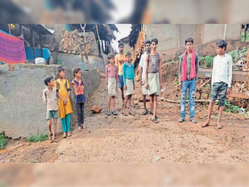 राघौगढ़ ग्राम पंचायत गादेर के वासीपुरा में ग्रामीण बिजली समस्या से परेशान हैं। - Dainik Bhaskar