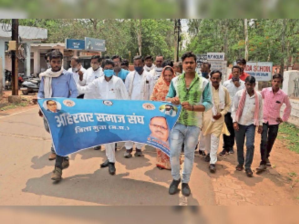 अहिरवार समाज संघ ने रैली निकालकर नेमावर में 5 लोगों की हत्या के विरोध में दोषियों को सख्त सजा, परिवार को आर्थिक सहायता के लिए ज्ञापन दिया। - Dainik Bhaskar