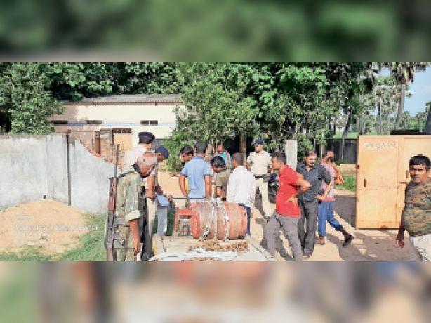 गैस गोदाम में लूट के बाद मौके पर जुटे लोग व पुलिस। - Dainik Bhaskar