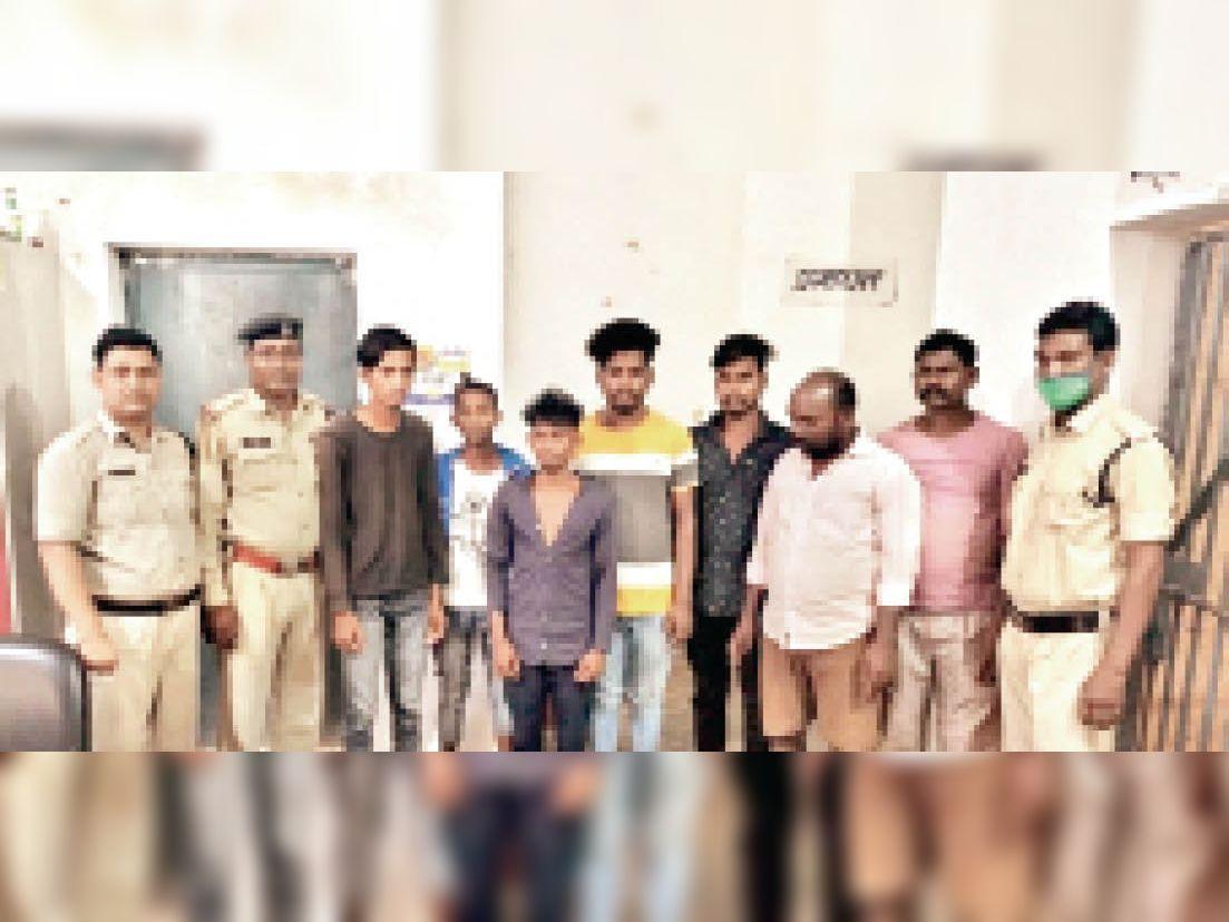 पुलिस के गिरफ्त में सट्टा-पट्टी के आरोपी। - Dainik Bhaskar