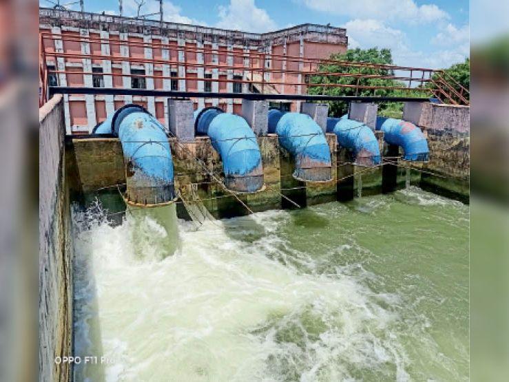 नहर पर निर्भर किसान पानी का कर रहे इंतजार, निजी संसाधन वाले कर चुके रोपनी - Dainik Bhaskar