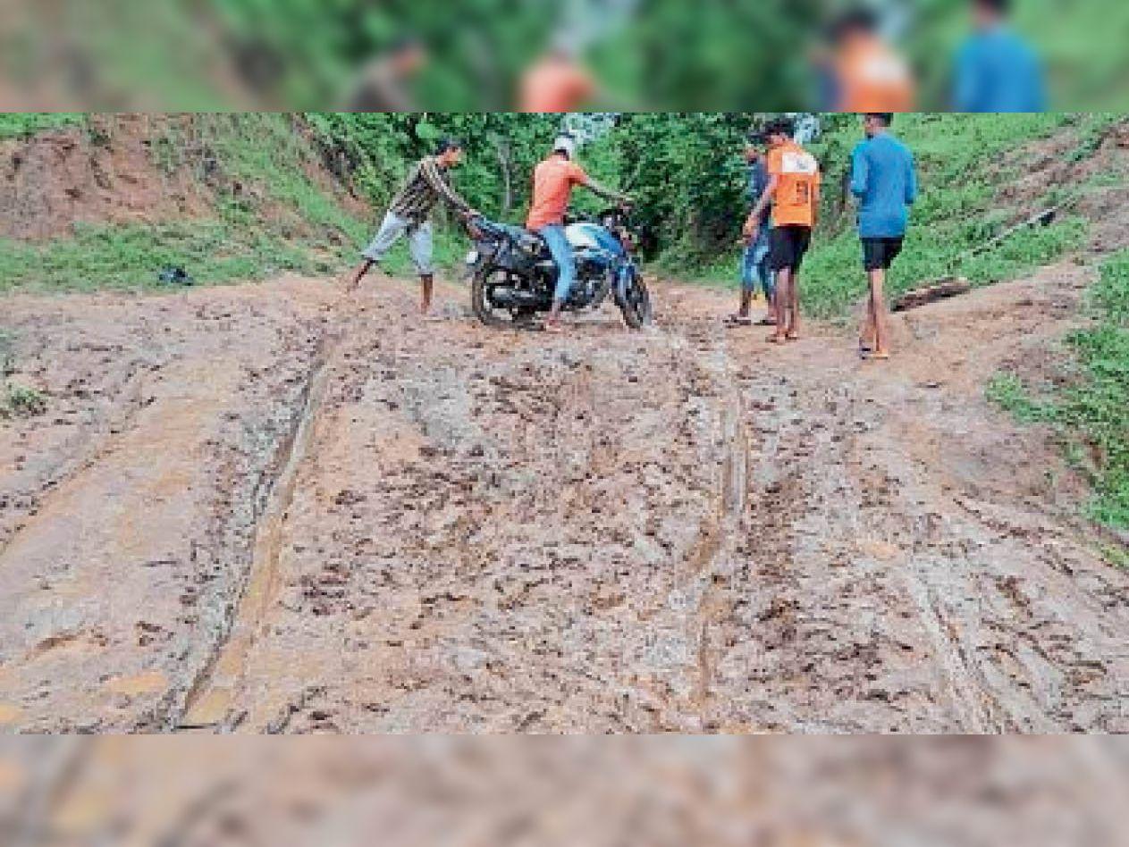 नदी तट में कीचड़ होने से वहां तक बाइक को चढ़ाना हो जाता है मुश्किल। - Dainik Bhaskar