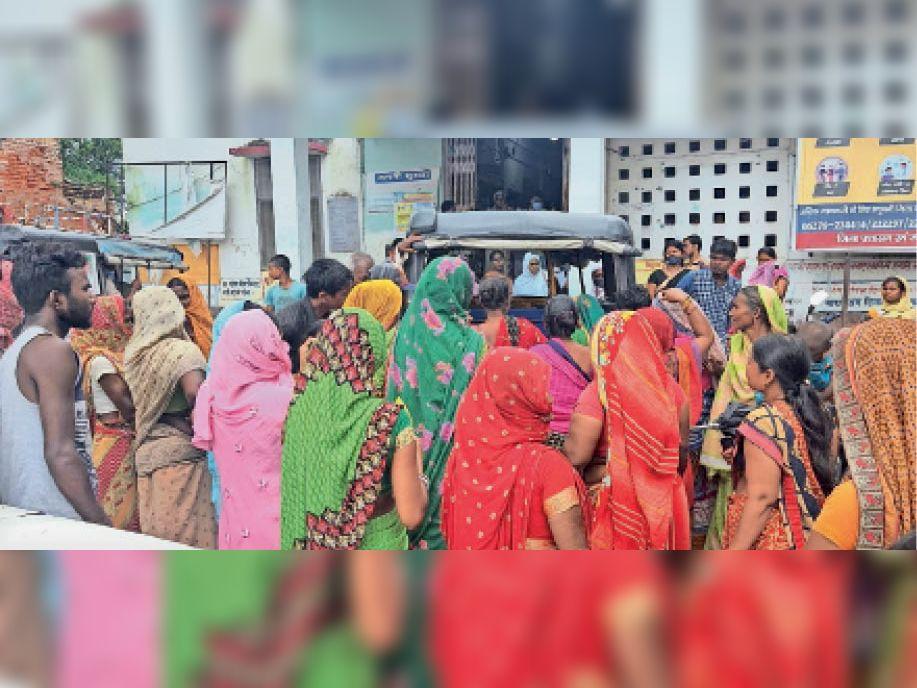 पीएचसी पर शव पहुंचने के बाद परिजन और लोगों की जुटी भीड़। - Dainik Bhaskar