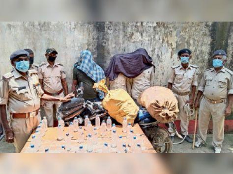 मधवापुर थाना में जब्त शराब, बाइक व पकड़े गए तस्कर। - Dainik Bhaskar