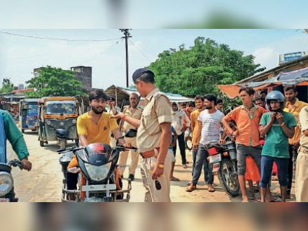 साहरघाट में वाहन जांच करती पुलिस। - Dainik Bhaskar