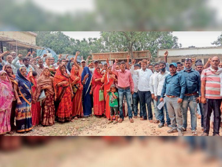 उच्चैठ स्थित कालिदास डीह पर अपनी मांगों के समर्थन में नारेबाजी करते वार्ड सचिव। - Dainik Bhaskar