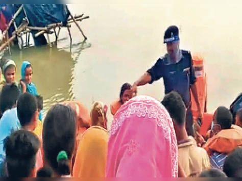बुढ़वा की एक प्रसव पीड़ित महिला का रेस्क्यू करती एनडीआरएफ़ की टीम। - Dainik Bhaskar