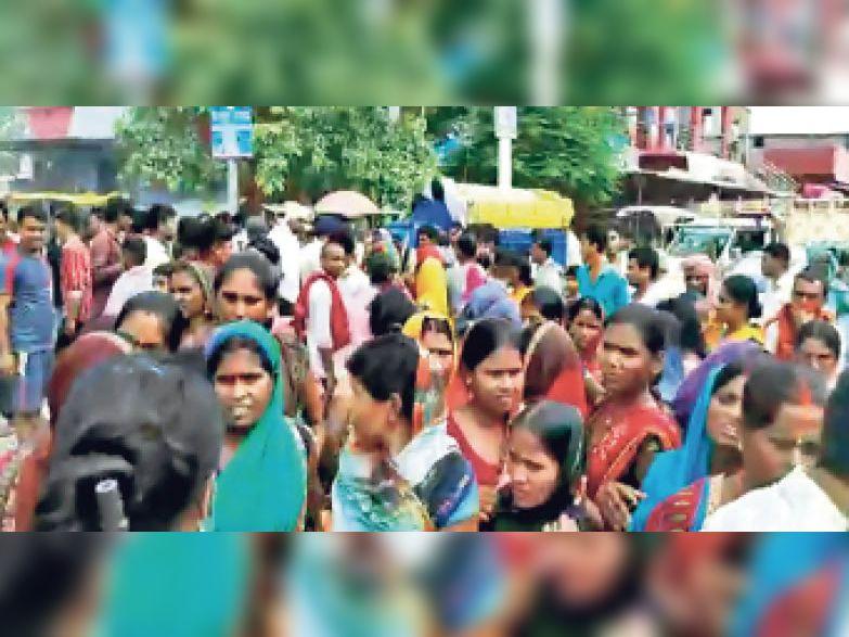 धोखाधड़ी के मामले में मलंग चौक पर चक्का जाम करती सैकड़ों महिलाएं। - Dainik Bhaskar