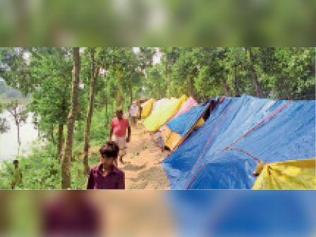 बाढ़ प्रभावित लोगों ने अभी बांध पर शरण ली है। - Dainik Bhaskar