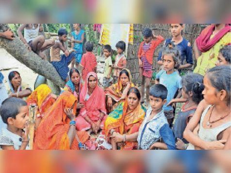 गम्हरिया कला गांव में मायूस होकर बैठे घायलों के परिजन व ग्रामीण। - Dainik Bhaskar