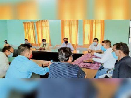 समीक्षात्मक बैठक में मौजूद एसडीओ व अन्य। - Dainik Bhaskar