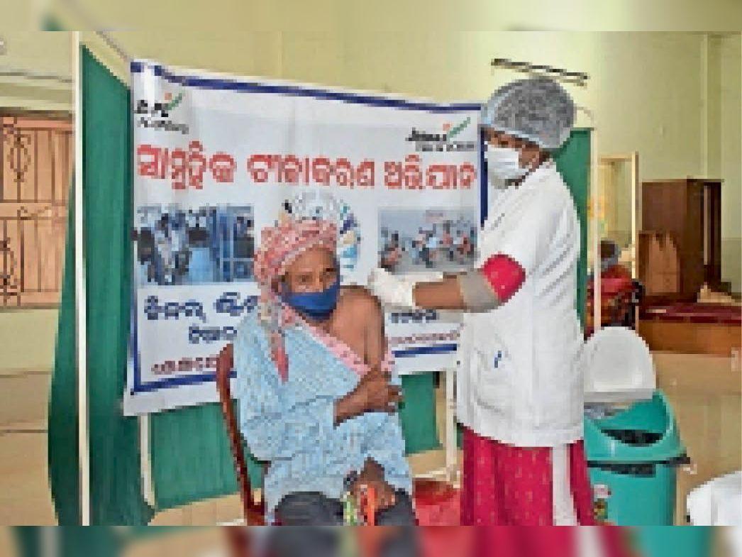 केंद्र में टीका लगवाते वरिष्ठ नागरिक। - Dainik Bhaskar