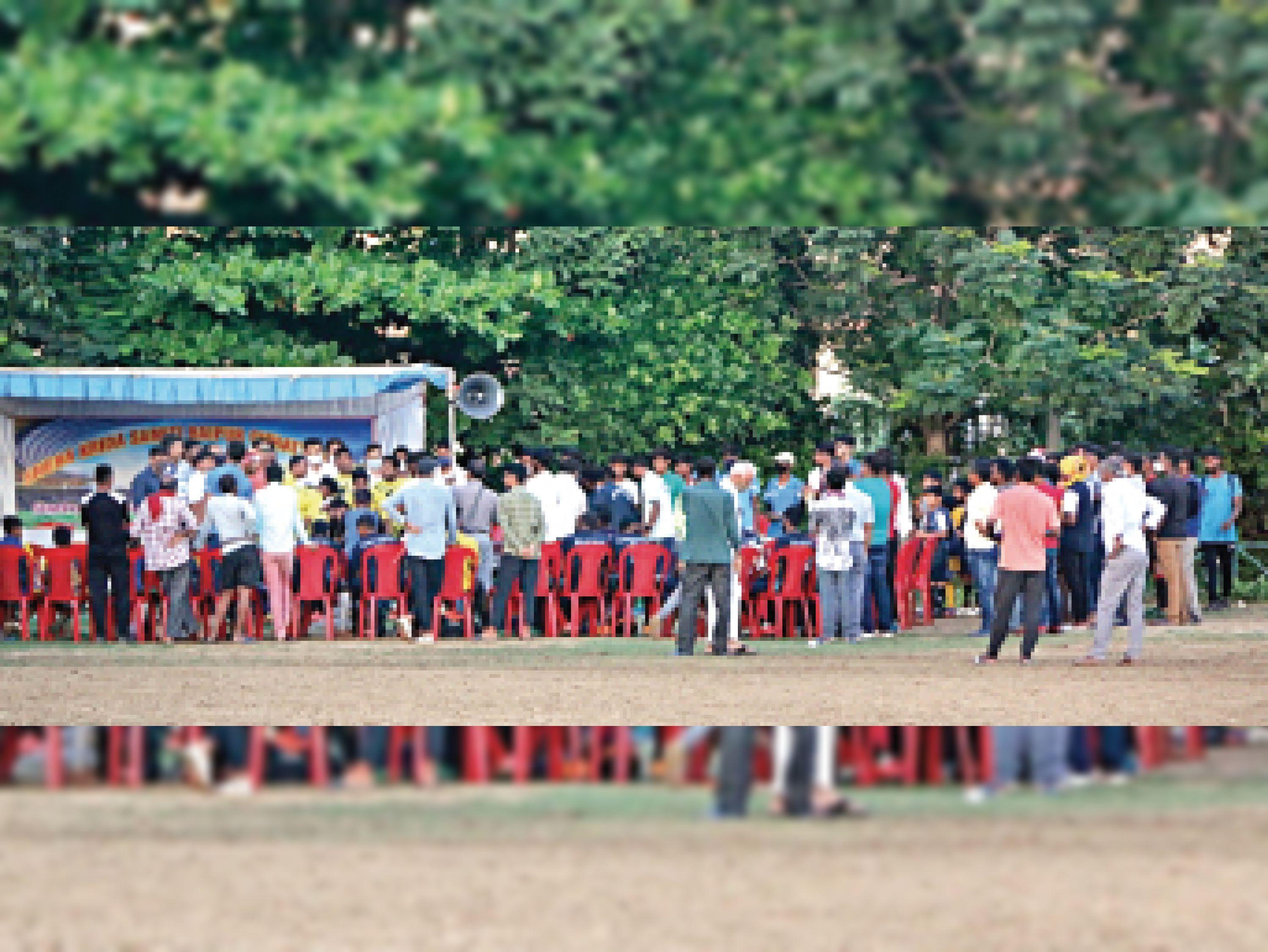 ये भीड़ सप्रे शाला मैदान में चल रही फुटबाल स्पर्धा की है। सिर्फ यही एक नहीं, हर तरह के इवेंट में ऐसी ही भीड़ जुटने लगी है। - Dainik Bhaskar