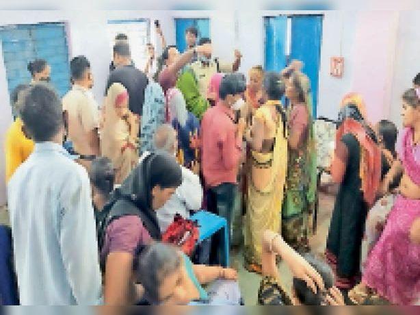बालक हायर सेकेंडरी स्कूल में टीका लगवाने पुलिस से धक्का-मुक्की करती महिलाएं। - Dainik Bhaskar