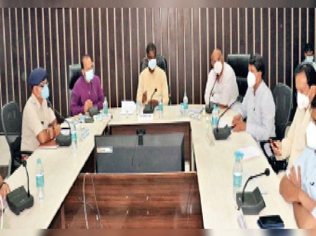 प्रभारी मंत्री प्रभुराम चौधरी की उपस्थिति में आयोजित बैठक में समीक्षा हुई। - Dainik Bhaskar