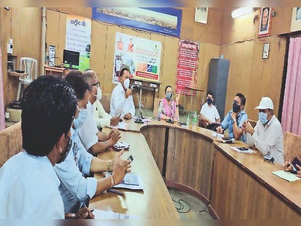 बैठक में अधीनस्थ अधिकारियाें काे आयुक्त सविता प्रधान ने निर्देश दिए। - Dainik Bhaskar