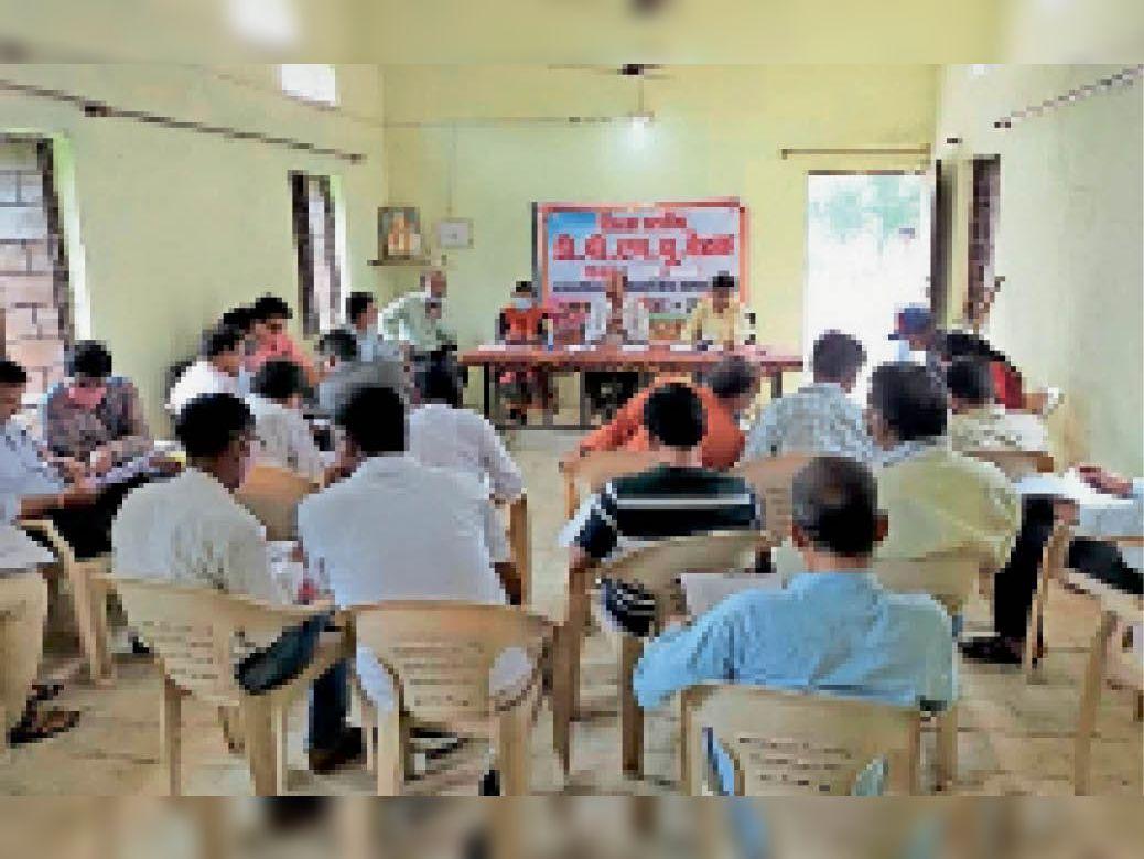 जनपद शिक्षा केंद्र में समीक्षा बैठक में मौजूद विभाग के अधिकारी व जन शिक्षक। - Dainik Bhaskar