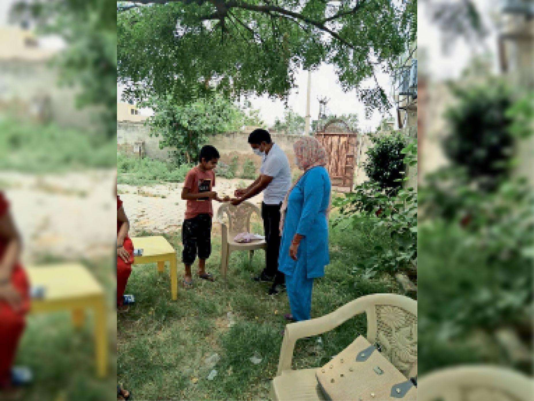 कोसली के गांव सुधराना में सर्वे के दौरान एक बच्चे का मलेरिया टेस्ट करते स्वास्थ्यकर्मी। - Dainik Bhaskar