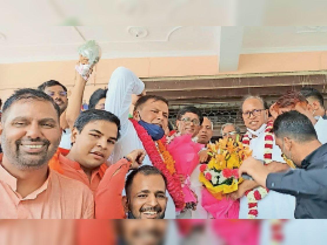 रेवाड़ी में जीत के बाद जहां मनाते सत्यनारायण जांगिड़ व साथ में डाॅ. बनवारी लाल और रवि यादव। - Dainik Bhaskar