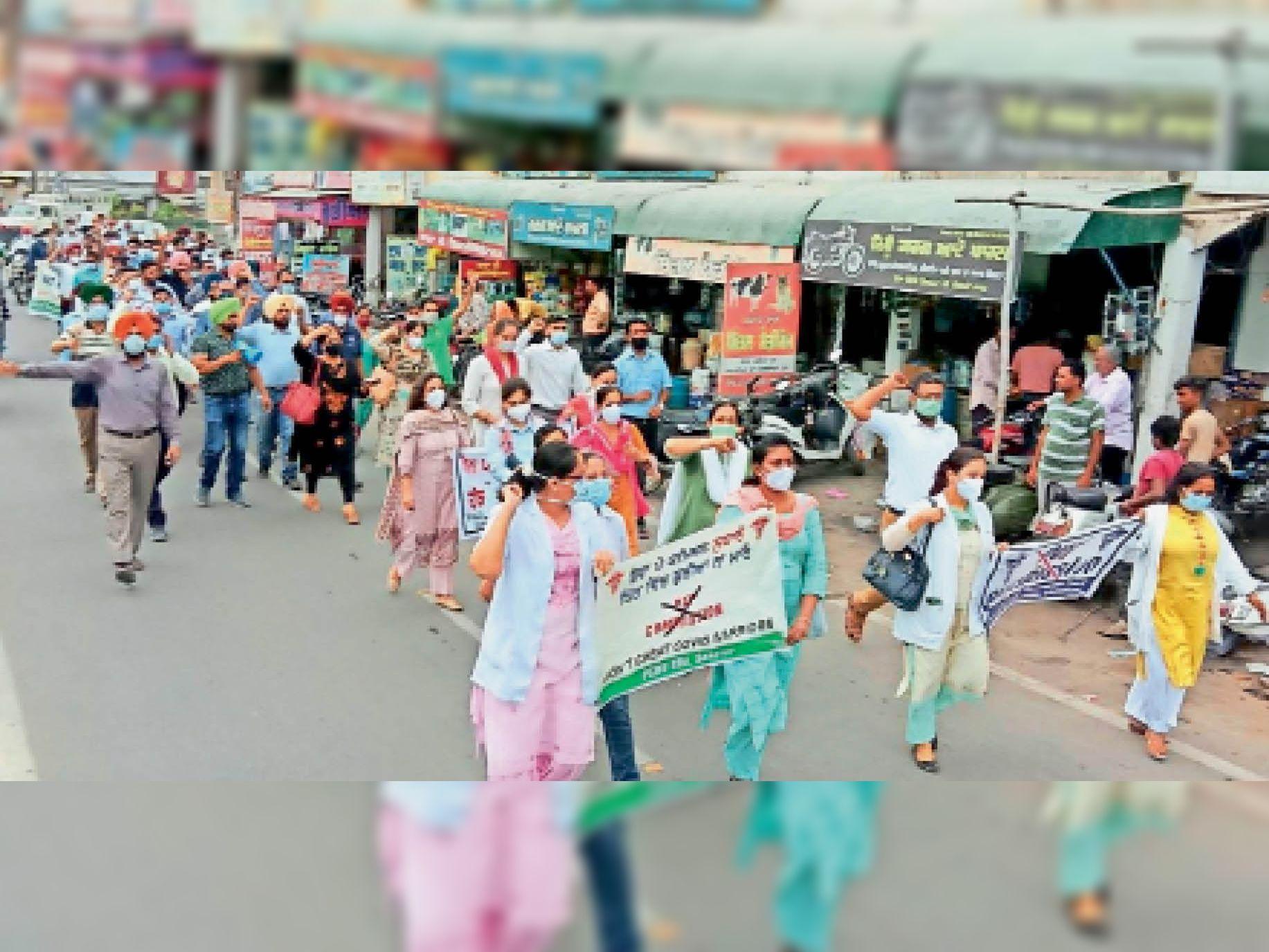संगरूर में सरकार के खिलाफ रोष मार्च निकालते जिलेभर से आए डॉक्टर्स।                           -भास्कर - Dainik Bhaskar